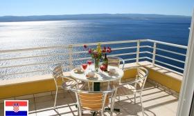 Családi nyaralás a Dalmát Riviérán! 8 nap a varázslatos Marušići halászfaluban 4-6 főnek, a négycsillagos Villa Ruzmarina apartmanjaiban, közvetlenül a tengerparton 16-33% kedvezménnyel