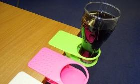 990 Ft helyett 490 Ft: Asztalra csíptethető pohártartó választható színben
