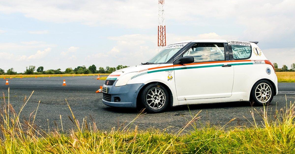 Suzuki versenyautó vezetés