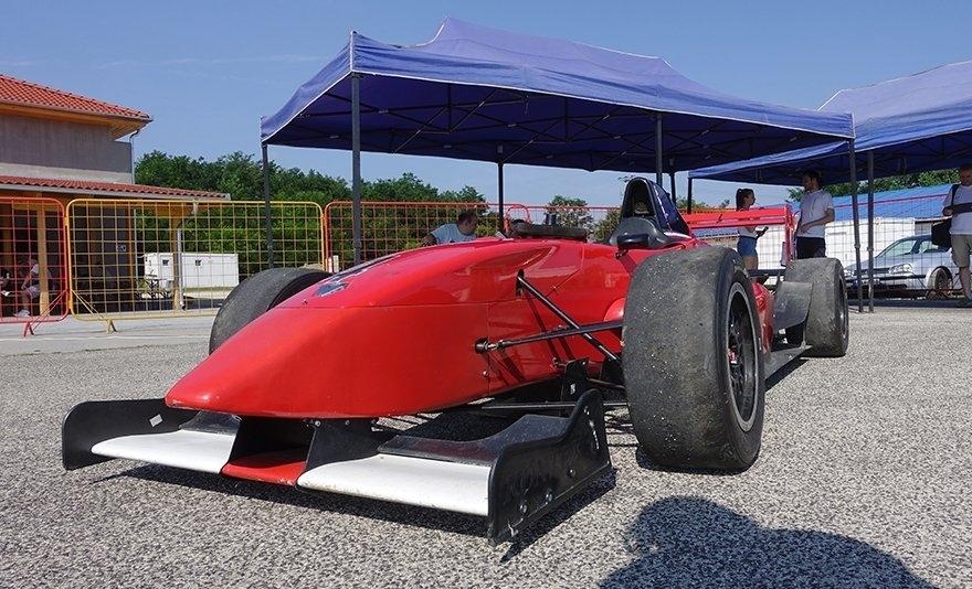 Aszfaltbetyár bevetésen: Formula Renault 2.0 élményvezetés az Euroringen