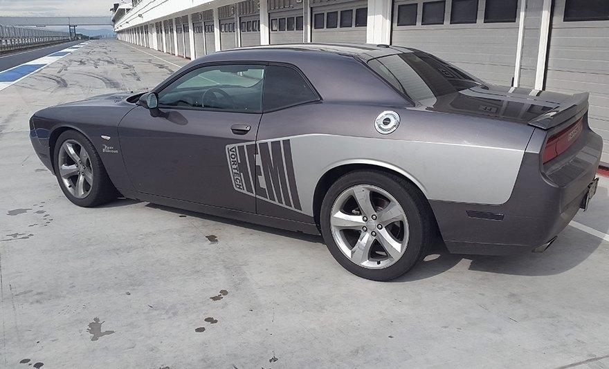 Gyorsabbat, nagyobbat, erősebbet: Dodge Challenger élményvezetés a Kakucs Ringen