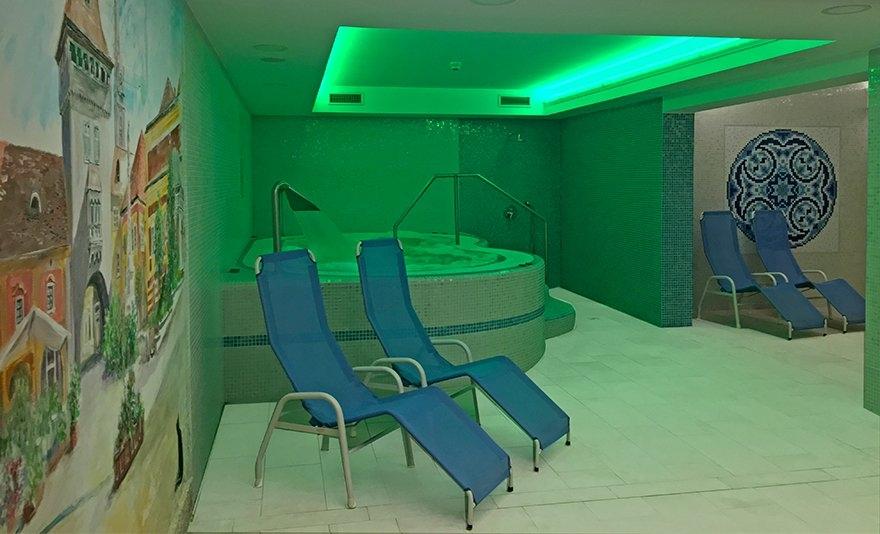 Romantikus pillanatok Kőszegen: 3 napos pihenés 2 fő részére félpanziós ellátással, wellness használattal és további extrákkal Kőszeg főterén