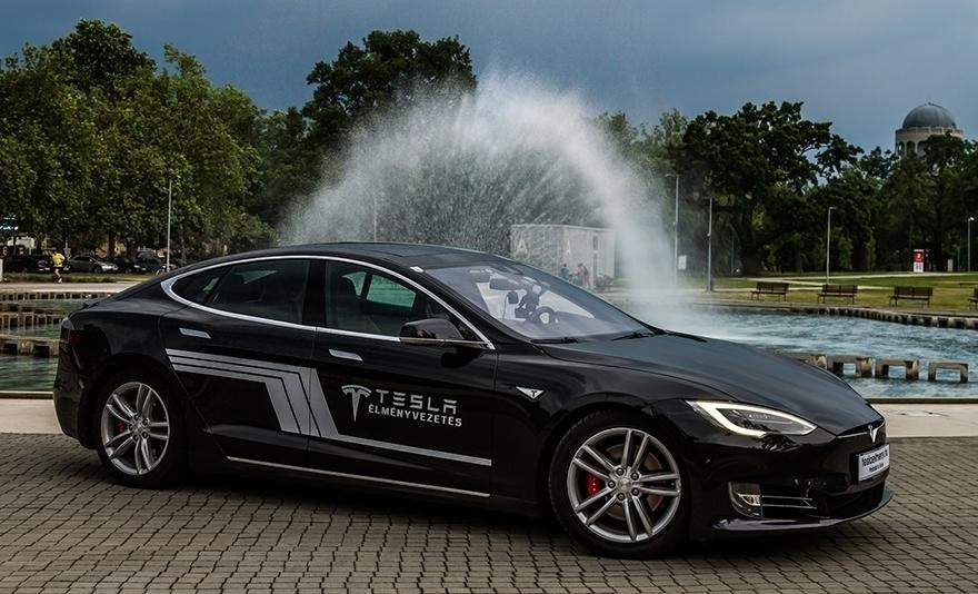 Száguldás szerelem: Tesla Model S élményvezetés forgalomban, 30, 60 vagy 90 percen keresztül Budapesten és több vidéki nagyvárosban