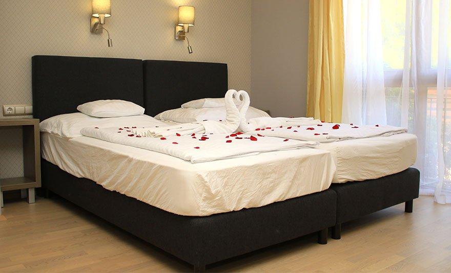 Romantika és feltöltődés a Royal Mediterran**** Aparthotelben: 3 nap, 2 éj két főnek svédasztalos reggelivel, wellness használattal Siófokon, privát pezsgőfürdőzéssel és további extrákkal – SZÉP kártyával is fizetheted!