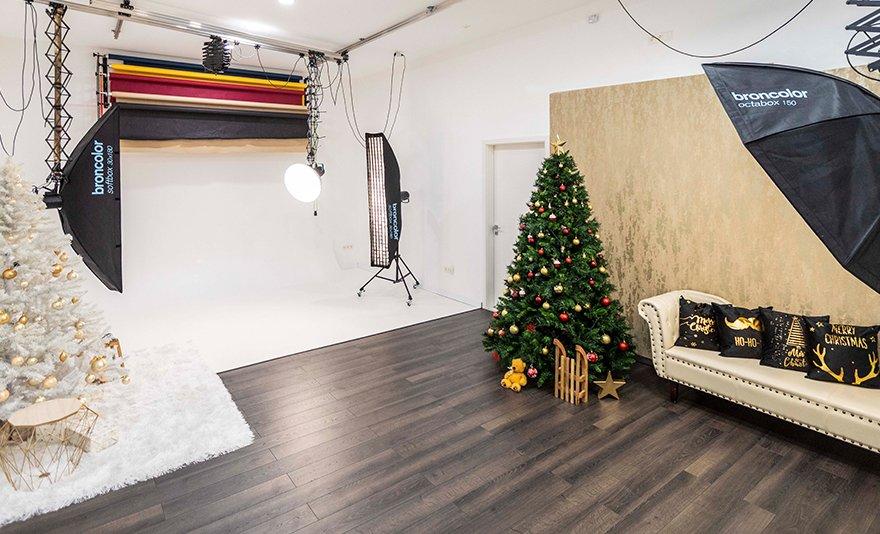 Kiskarácsony, nagykarácsony: fotózás karácsonyi hátterekkel és ünnepi hangulatú kiegészítőkkel, 180 darab fotóval