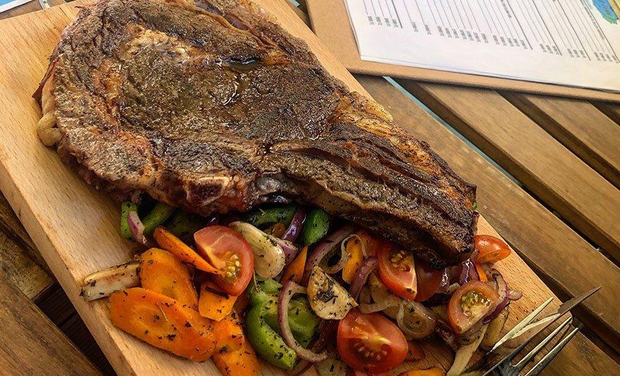 Tökéletes gasztroprogram: steak vacsora prémium pálinkakóstolóval 2, 4 vagy 6 fő részére a B-terv Kávezó és Étteremben
