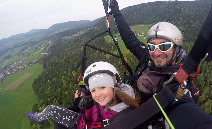 Magasan a föld felett: siklóernyős tandemrepülés ajándék fotókkal vagy videóval