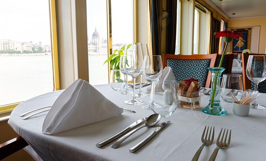Exkluzív romantika: 250 grammos bélszín steak vacsora luxushajón, választható körettel, egész estés zongoraelőadással, 1 vagy 2 főre