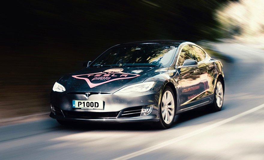 A legújabb, legerősebb Tesla S P100D a Brigádon: élményvezetés ajándékba, akár több fő részére is