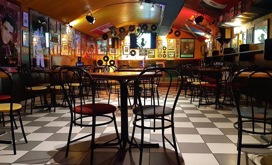 Röhögni ér: stand up szerdák a Blaha Lujza térnél, az Amigo Clubban